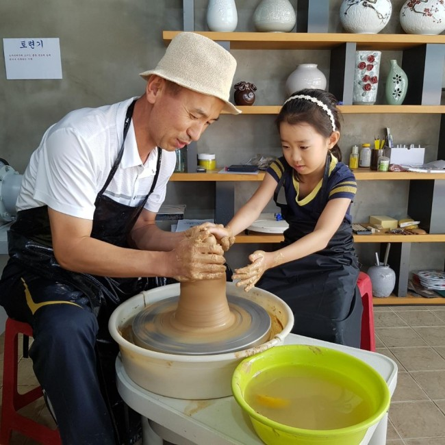 I'm Pil-soon, who works at Yeoju Service Area's Ceramic Experience Center, demonstrates how to make pottery. (photo: Yeoju Service Area)