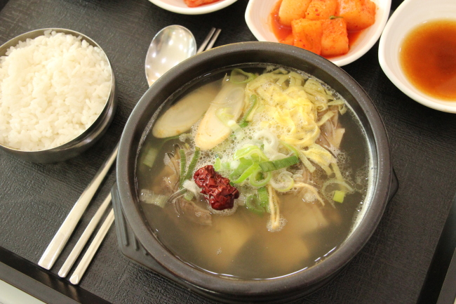 Insam (ginseng) Land Service Area on the Tongyeong-Daejeon Expressway, South Chungcheong Province, serves Insam Galbitang. (Lim Jeong-yeo/The Korea Herald)
