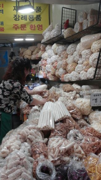 Rice puffs piled in Youngcheon Traditional Market (Jo He-rim/The Korea Herald)
