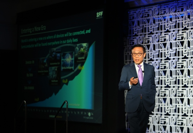 Kim Ki-nam, president of the semiconductor business of the device solutions division of Samsung Electronics, Santa Clara, delivers a speech at a forum in May. (Samsung Electronics)