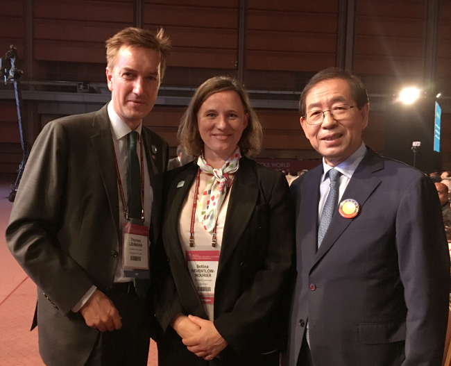 (From left) Danish Ambassador to Korea Thomas Lehmann; Deputy Convention Director of Wonderful Copenhagen Bettina Reventlow-Mourier; and Seoul Mayor Park Won-soon at the 2017 UIA World Architects' Congress in Seoul at Dongdaemun Design Plaza (Danish Embassy)