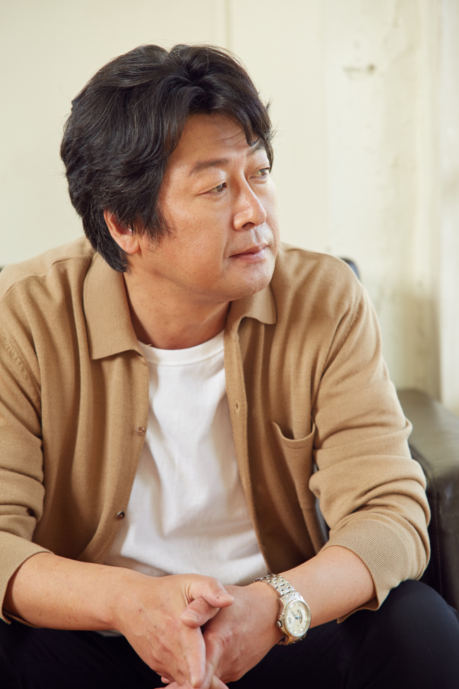 Kim Yoon-seok poses for a photo before an interview in Palpan-dong, Seoul, Tuesday. (1st Look)