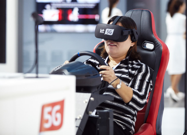 A visitor to ITU Telecom World plays a virtual reality game at KT's pavilion during the event, being held through Thursday in Busan. (ITU)