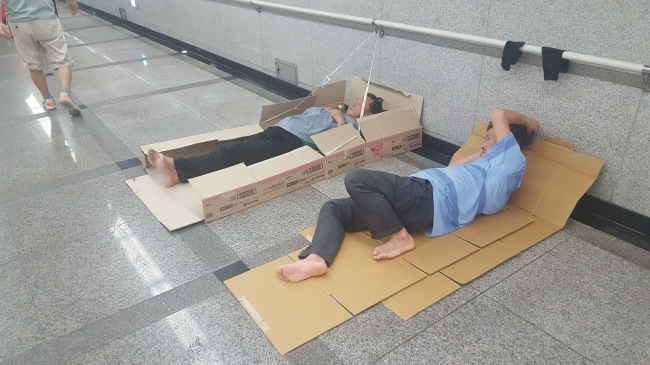 Homeless people take shelter underground at the Seoul Station subway. (photo: Lee Won-yul/The Korea Herald)