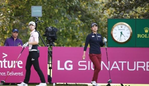 In this file photo provided by LG Electronics on Sept. 17, 2017, South Korean golfers Park Sung-hyun (L) and Ryu So-yeon play in the second round of the Evian Championship on the LPGA Tour in Evian-les-Bains, France. (Yonhap)