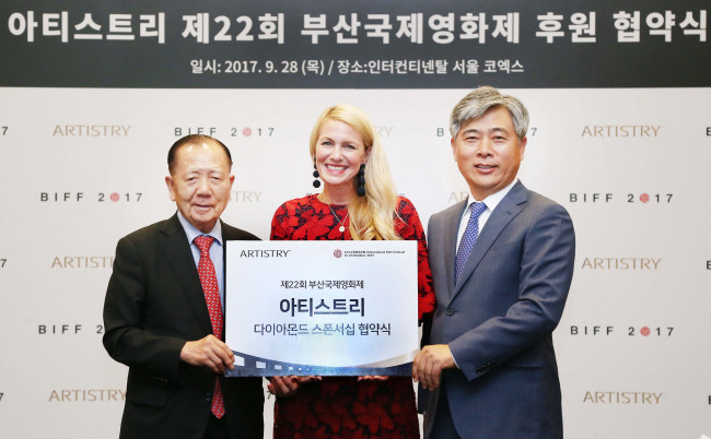 Amway Korea CEO Kim Jang-hwan (right), Vice President of Global Beauty Brand of Amway Kelli Templeton (center), and BIFF Chairman Kim Dong-ho commemorate Artistry's sponsorship of BIFF at the InterContinental Seoul Coex on Thursday. (Amway)