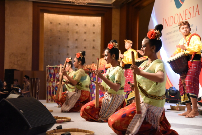 Indonesian artists at the National Day reception at Lotte Hotel in Seoul on Thursday marking the proclamation of independence on August 17, 1945. (Indonesian Embassy)