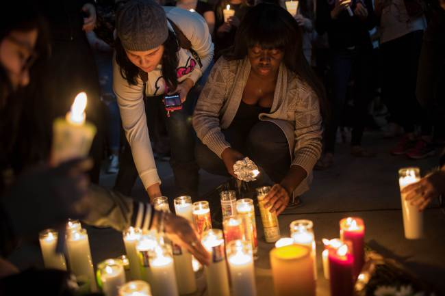 Mourners light candles during a vigil at the corner of Sahara Avenue and Las Vegas Boulevard for the victims of Sunday night's mass shooting in Las Vegas, Nevada. (AFP-Yonhap)