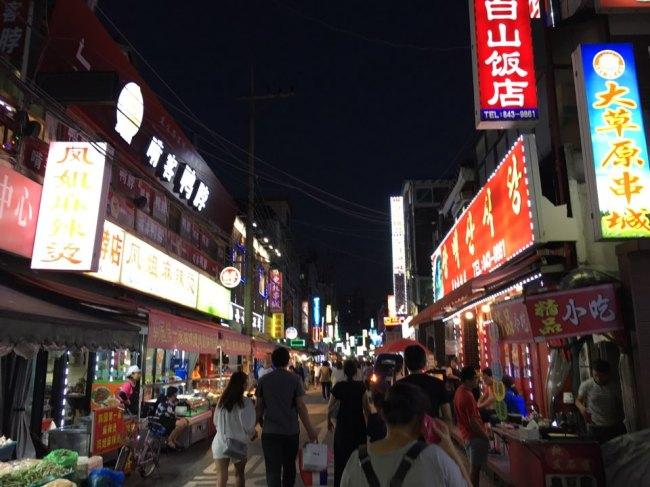 Daerim-dong at night (Ock Hyun-ju/The Korea Herald)