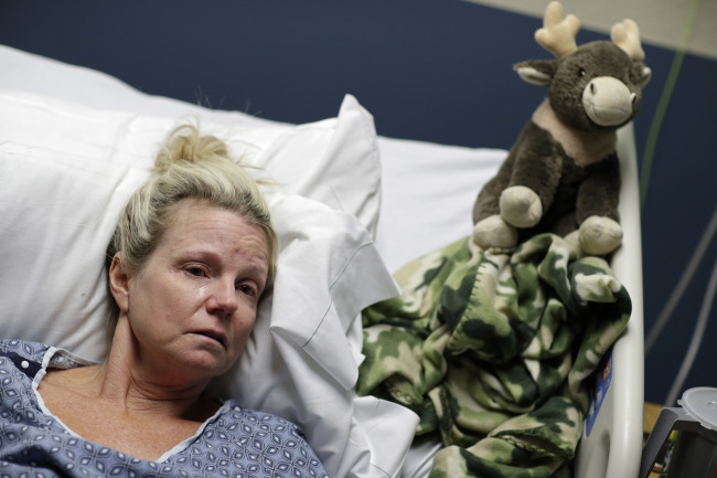 Diana Litzenberg cries as she lies in her hospital bed at the University Medical Center, Thursday, Oct. 5, 2017, in Las Vegas. Litzenberg was recounting the night when she was trampled when Stephen Craig Paddock broke windows on the Mandalay Bay casino and began firing with a cache of weapons at a music festival Sunday. (AP=Yonhap)