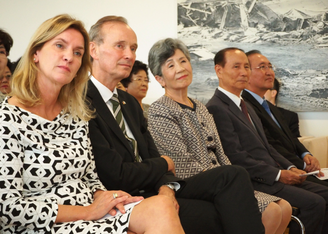 German Ambassador to Korea Stephan Auer (second from left) sits beside Yang Dong-yang, president of the Association of Korean Workers to Germany (second from right), and Yoon Haeng-ja Fischer (center), president of the Association of Korean Nurses to Germany, at a reception marking the miners and nurses at his residence in Seoul on Sept. 27. (Joel Lee/The Korea Herald)