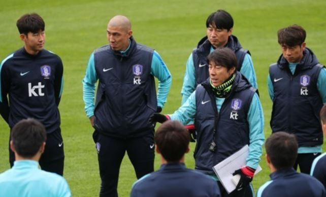 South Korea`s national football team head coach Shin Tae-yong (C) gives direction to his players and assistant coaches during their training session at Tissot Arena in Biel/Bienne, Switzerland, on Oct. 9, 2017, one day ahead of their friendly against Morocco. (Yonhap)
