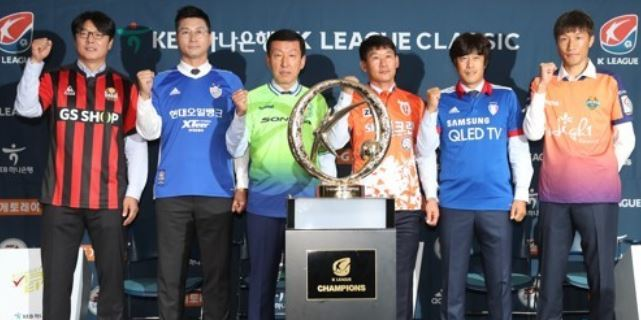 Coaches for six football clubs in the K League Classic pose for a group photo in front of the league`s championship trophy before their press conference at the Korea Football Association building in Seoul on Oct. 10, 2017. From left to right are: FC Seoul`s Hwang Sun-hong; Ulsan Hyundai`s Kim Do-hoon; Jeonbuk Hyundai Motors` Choi Kang-hee; Jeju United`s Jo Sung-hwan; Suwon Samsung Bluewings` Seo Jung-won; Gangwon FC`s Park Hyo-jin. (Yonhap)