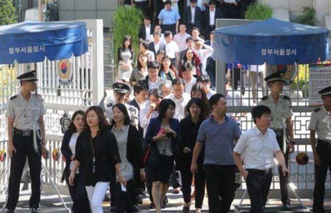 Civil servants at Seoul Government Complex. (Yonhap)