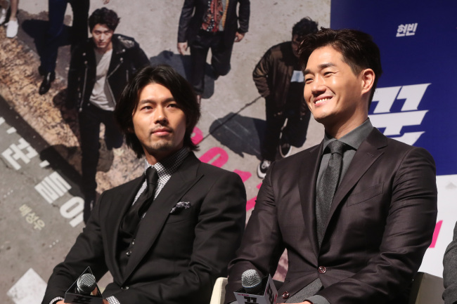 """Hyun Bin (left) and Yoo Ji-tae attend a press conference for """"The Swindlers"""" on Wednesday at CGV Apgujeong. (Yonhap)"""