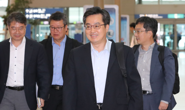 Deputy Prime Minister and Finance Minister Kim Dong-yeon departs from Incheon Airport for Washington on Wednesday. (Yonhap)