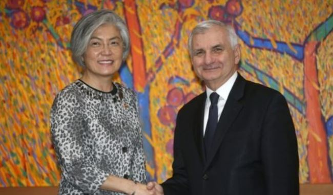 South Korean Foreign Minister Kang Kyung-hwa (L) and senior Democratic senator for Rhode Island Jack Reed (R) (Yonhap)