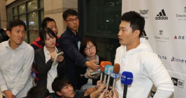 South Korean pitcher Oh Seung-hwan (R), a free-agent-to-be who pitched for the St. Louis Cardinals the past two years, speaks to reporters at Incheon International Airport on Oct. 11, 2017. (Yonhap)