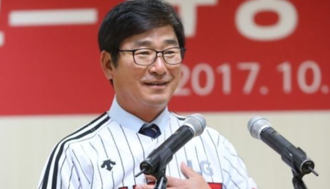 Ryu Joong-il, new manager of the South Korean baseball club LG Twins, puts on the team`s uniform during his inauguration ceremony at Jamsil Stadium in Seoul on Oct. 13, 2017. (Yonhap)