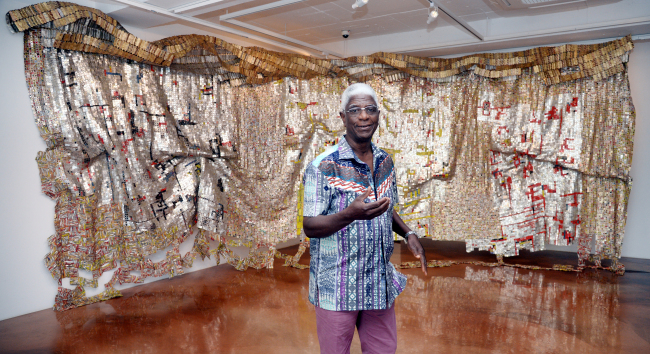 "Ghanian artist El Anatsui poses in front of ""Skylines?"" at Barakat Seoul in Samcheong-dong, Seoul, on Sept. 26. (Park Hyun-koo/The Korea Herald)"