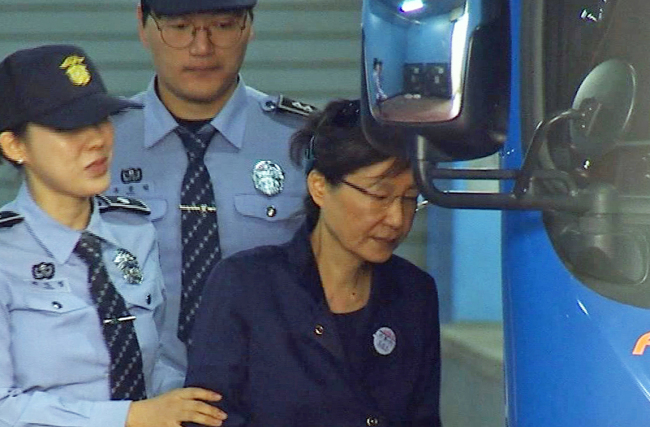 Ousted former President Park Geun-hye leaves a Seoul court on Friday. (Yonhap)