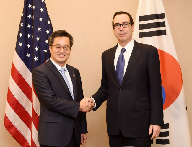 South Korea's Deputy Prime Minister for economic affairs and Finance Minister Kim Dong-yeon (left) meets with his US counterpart Treasury Secretary Steven Mnuchin in Washington DC on Saturday, local time. (Finance Ministry)