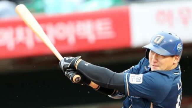 Na Sung-bum of the NC Dinos hits a two-run single against the Lotte Giants in the top of the fifth inning in Game 5 of their first round Korea Baseball Organization postseason series at Sajik Stadium in Busan on Oct. 15, 2017. (Yonhap)