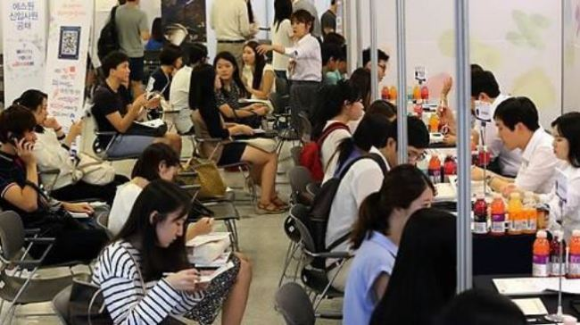 University students being interviewed at a job fair in Seoul. (Yonhap)