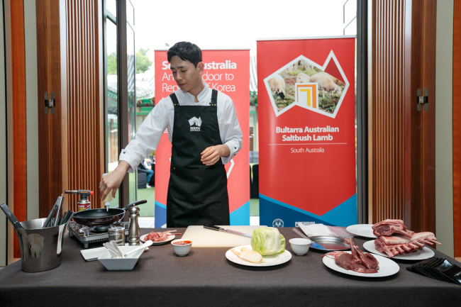 Chef Choi Kwang-ho cooks lamb dishes with South Australian lamb cuts (Austrade in Korea)