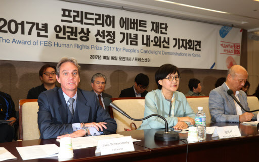 Sven Schwersensky, resident representative at Friedrich Ebert Stiftung's Korea office, talks about why Germany's oldest political foundation picked South Koreans for its Human Rights Prize this year during a press briefing Monday in central Seoul. (Yonhap)