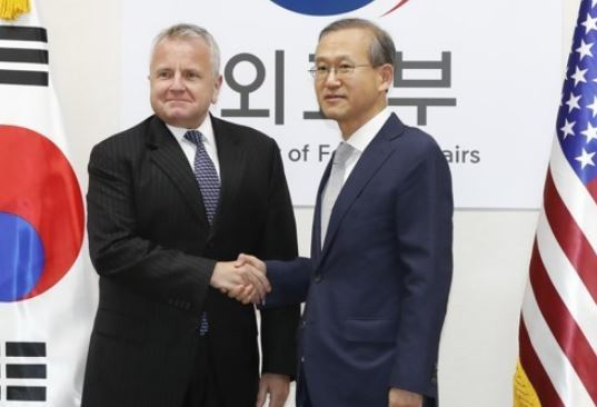 Vice Foreign Minister Lim Sung-nam (R) shakes hands with his U.S. counterpart John Sullivan before holding bilateral talks in Seoul on Oct. 18, 2017. (Yonhap)