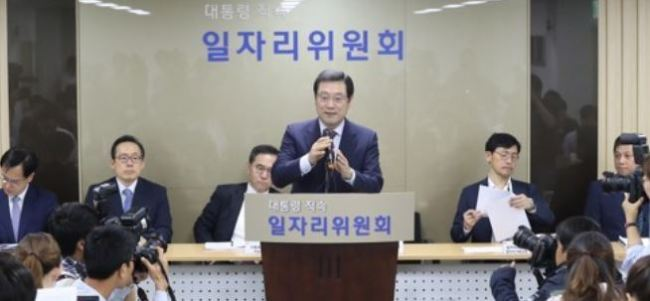 Lee Yong-sup (at podium), vice chairman of the presidential committee on job creation, speaks to reporters following the establishment of the new committee chaired by President Moon Jae-in on June 1, 2017. (Yonhap)