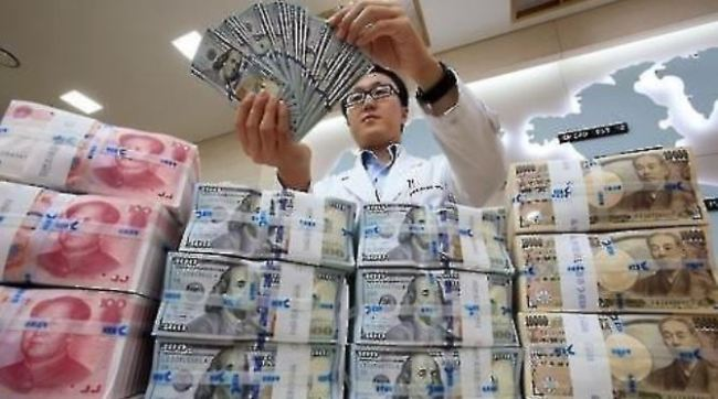 Foreign currency at a Seoul bank (Yonhap)