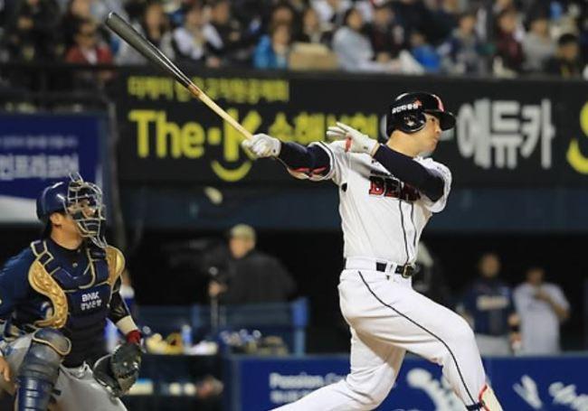 Kim Jae-hwan of the Doosan Bears hits his second three-run home run in the bottom of the sixth inning against the NC Dinos in Game 2 of their Korea Baseball Organization postseason series at Jamsil Stadium in Seoul on Oct. 18, 2017. (Yonhap)