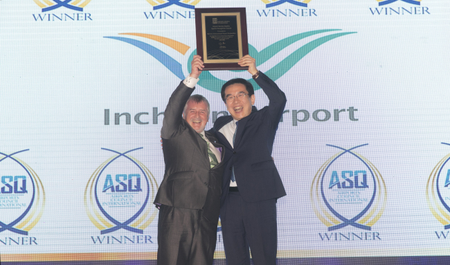Incheon International Airport Corp. CEO Chung Il-young (right) receives the award for best airport worldwide from Declan Collier, chair of Airports Council International's World Governing Board at the Airport Service Quality Awards held Tuesday in Port Louis, Mauritius. (Incheon Airport)