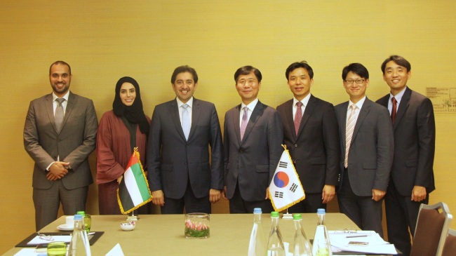 Commissioner of the Korean Intellectual Property Office Sung Yun-mo (fourth from left) poses for a photo after holding bilateral talks with United Arab Emirates counterparts including Vice Economic Minister Mohammed al-Shihhi (third from left) to discuss ways to provide consulting services to enhance intellectual property protection infrastructure. (KIPO)