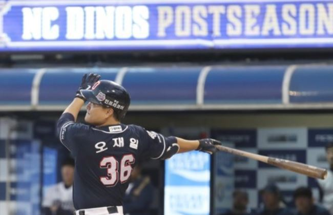 Oh Jae-il of the Doosan Bears watches his solo home run in the top of the ninth inning against the NC Dinos in Game 4 of their Korea Baseball Organization postseason series at Masan Stadium in Changwon, South Gyeongsang Province, on Oct. 21, 2017. This was Oh`s fourth homer of the game. (Yonhap)