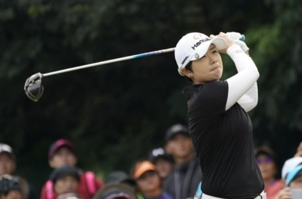 In this EPA photo, Ji Eun-hee of South Korea tees off during the fourth round of the Swinging Skirts LPGA Taiwan Championship in Taipei at Miramar Resort and Country Club on Oct. 22, 2017. (Yonhap)