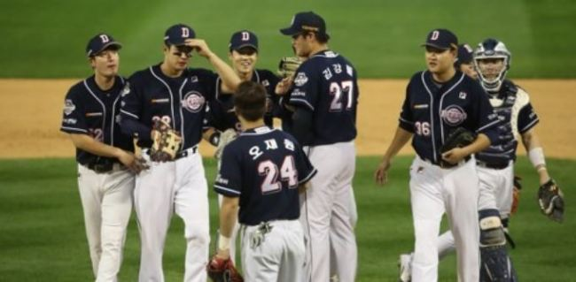 Doosan Bears players celebrate their 14-5 victory over the NC Dinos in Game 4 of their Korea Baseball Organization postseason series at Masan Stadium in Changwon, South Gyeongsang Province, on Oct. 21, 2017. The Bears won the series 3-1 to advance to the Korean Series, the KBO`s championship final. (Yonhap)