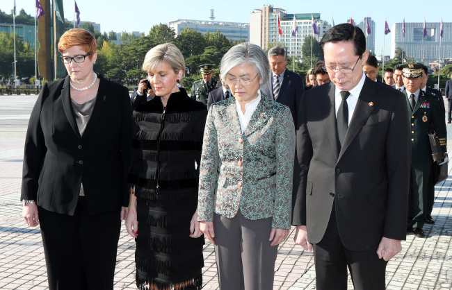 (From left) Australian Defense Minister Marise Payne, Australian Foreign Minister Julie Bishop, Korean Foreign Minister Kang Kyung-wha and Korean Defense Minister Song Young-moo observe a silent tribute to soldiers who paid their ultimate sacrifice during the 1950-53 Korean War, where 17,000 Australian troops fought and 170 died, at the War Memorial of Korea in Seoul on Oct. 13. (Yonhap)