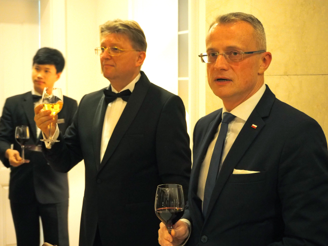 Poland's Deputy Foreign Minister Marek Magierowski (right) poses beside newly appointed Polish Ambassador to Korea Piotr Ostaszewski (center) at the ambassador's residence in Seoul on Oct. 17 (Joel Lee/The Korea Herald)