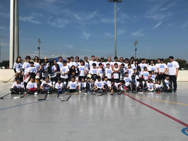 Kids, parents and guests pose for a group photo at Hockey Day Korea 2017.