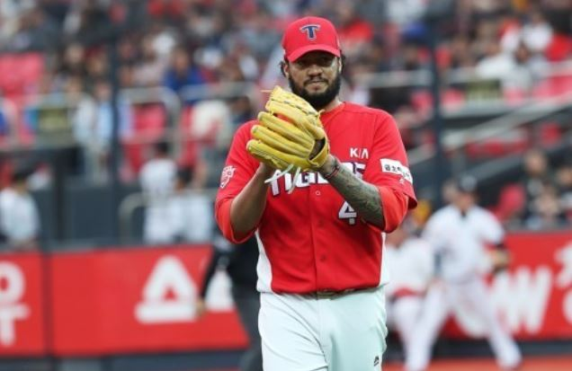 In this file photo taken Oct. 3, 2017, Hector Noesi of the Kia Tigers leaves the mound after completing the bottom of the seventh inning against the KT Wiz in the clubs` Korea Baseball Organization regular season game at KT Wiz Park in Suwon, Gyeonggi Province. (Yonhap)