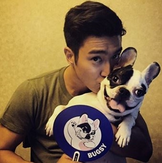 Choi Si-won poses with his family dog. (Choi Si-won's Instagram)