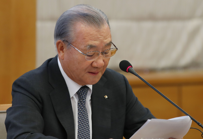 Korea International Trade Association Chairman Kim In-ho speaks during a press briefing held in Seoul on Tuesday, during which he spent most of the hour talking about his differences with the new Moon Jae-in government. (Yonhap)