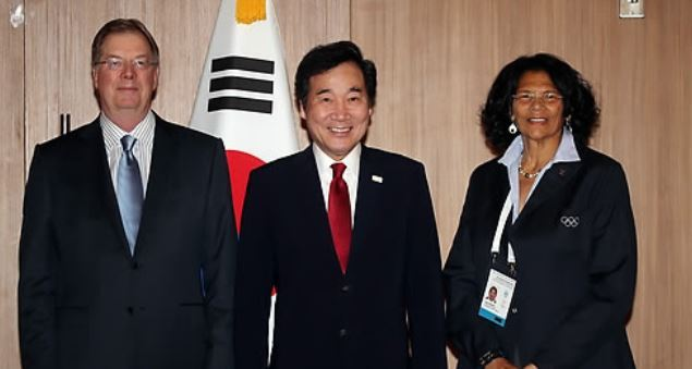 South Korean Prime Minister Lee Nak-yon (C) poses for a photo with US Olympic Committee Chairman Larry Probst (L) and IOC member Anita DeFrantz in Greece on Oct. 24, 2017. (Yonhap)