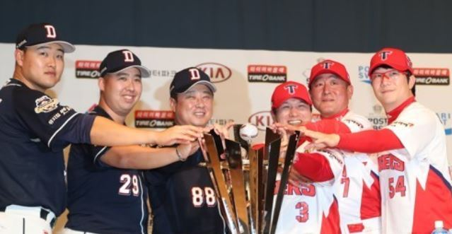 Participating managers and players for the 2017 Korean Series baseball championship pose with the trophy during the media day at Chonnam National University in Gwangju on Oct. 24, 2017. From left: Doosan Bears` first baseman Oh Jae-il, pitcher Yoo Hee-kwan and manager Kim Tae-hyung; then Kia Tigers` shortstop Kim Sun-bin, manager Kim Ki-tai and pitcher Yang Hyeon-jong. The best-of-seven series begins Wednesday at Gwangju-Kia Champions Field in Gwangju. (Yonhap)