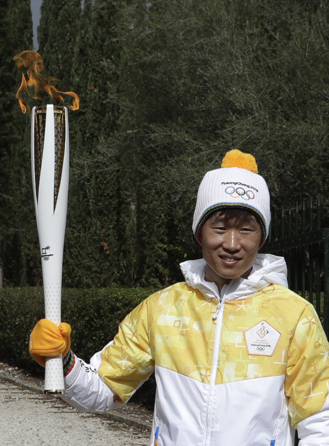 South Korean former soccer player Park Ji-Sung holds an Olympic torch during the lighting ceremony of the Olympic flame in Ancient Olympia, southwestern Greece, on Tuesday, Oct. 24, 2017. The flame will be transported by torch relay to Pyeongchang, South Korea, which will host the Feb. 9-25, 2018 Winter Olympics. (AP-Yonhap)