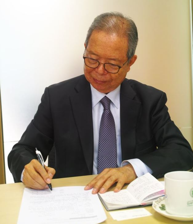 Park Jung-nam, 72, signs an end-of-life care agreement at Kakdang Social Welfare Foundation on Tuesday to confirm he would reject life-prolonging treatment in a severe medical condition. (Yoo Oh-sang/The Herald Business)