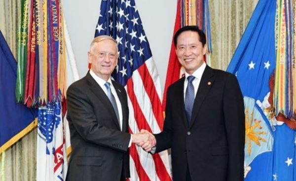 South Korean Defense Minister Song Young-moo (R) and his American counterpart James Mattis shake hands during their talks at the Pentagon on Aug. 30, 2017, in this photo provided by Song`s ministry. (Yonhap)